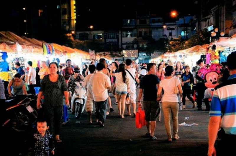 ben thanh market by night