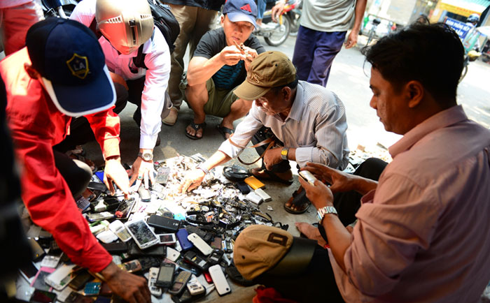 "Dozens of ""small businessmen"" show their items: Mobile phones, tablets, laptops, amplifiers, speakers, watches, copper, fans ..."